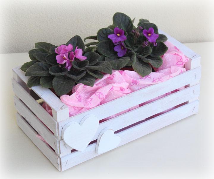 Un récipient à fleurs ou à plantes de syle Shabby Chic, à installer dans la véranda ou le balcon.