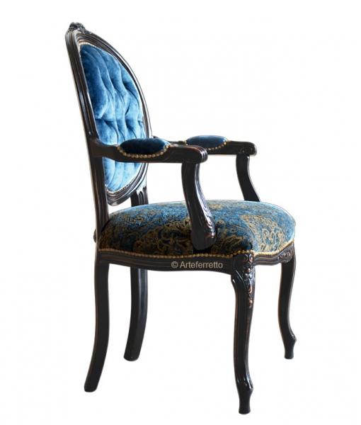 Fauteuil médaillon noir vieilli, fauteuil rembourré, fauteuil médaillon, fauteuil capitonné, fauteuil velours bleu